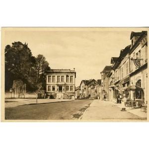 cp55-clermont-en-argonne-hotel-de-ville-monuments-aux-morts-et-aux-deportes