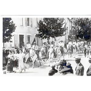 CP13 ARLES - DEFILE D'ARLESIENNES ET GARDIANS
