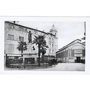 CP34 PEZENAS - PLACE DE LA REPUBLIQUE ET LES HALLES