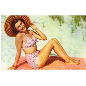 CARTE POSTALE PIN-UP EN MAILLOT ROSE ET BLANC