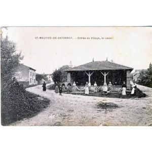 cp71-st-maurice-de-satonnay-entree-du-village-le-lavoir