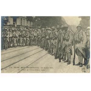 CARTE POSTALE MILITAIRE - LA FÊTE DES DRAPEAUX - 14 JUILLET 1917 - UN GROUPE DE BRAVES FAISANT HALTE